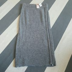 Banana Republic XS petite knit pencil skirt Hits mid calf Stretch knit pencil skirt with side zipper New with tags 67% merino extra fine wool 33% nylon Banana Republic Skirts Pencil