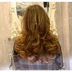 """MELENA CON ONDAS - Las melenas peinadas estilo clásico siempre serán bonitas, y más aún después de un """"Tratamiento de Flash Brillo"""" 😍 si tu cabello tiene la necesidad de brillar, pide cita en #evapellejero : 976795152.  #brilloespejo #cabellosanoybrillante"""