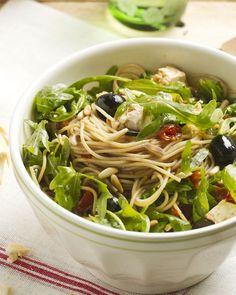 Een heerlijk zuiderse pastasalade met feta, rucola en zongedroogde tomaatjes. Je kan de pasta zowel koud als warm serveren.