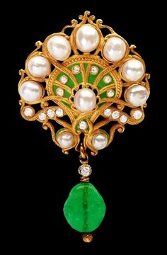 Art Nouveau brooch set with diamonds and pearls with an emerald drop.