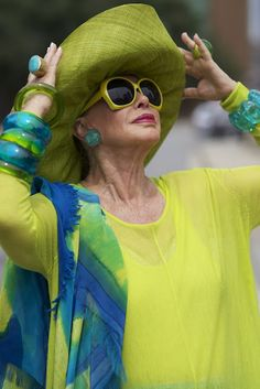 ADVANCED STYLE: Lynn Dell's Summer Looks - love these colors and those RINGS! but dang. don't know how you can wear all those accessories in heat and humidity, i want as little as possible on. Fashion Over 50, Look Fashion, Womens Fashion, Fashion Tips, Fashion Usa, Workwear Fashion, Girl Fashion, Fashion Trends, Estilo Glamour