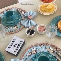 Eu sou encantada com todas as mesas que a Carolina faz! Ela pensa em todos os detalhes! E o que eu mais gosto, são mesas lindas, delicadas, cheias de amor e possíveis!  #Repost mesa @acarolinatrajano  Jogos americanos criação @sabrinacroche  Prendedores de guardanapo @sabrinacroche . . . . . . . . . . . . . . . Crochet Purse Patterns, Crochet Purses, Beautiful Crochet, A Table, Diy And Crafts, Decoupage, Kitchen Decor, Sweet Home, Table Decorations