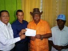 Agricultura entrega cheque a subcontratistas por preparación de 15 mil tareas de tierra