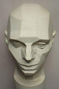 Un'analisi dei piani principali della testa. Illuminare una testa è come illuminare una semplice scatola, investita da una sorgente luminosa laterale, la testa presenta un piano frontale chiaro, la parte superiore in mezzatinta e un lato in ombra, esattamente come succede con una scatola. Quando si comincia il disegno di una testa può essere molto utile analizzare i piani principali su cui essa si articola: prima di tutto immagina la testa come se fosse una semplice scatola, vale a dire…