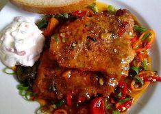 Maso potřeme předem připravenou směsí z fefe pasty, česneku, koření a hořčice, obalíme v hl. mouce a zprudka osmahneme na rozehřátém sádle.Na dno... Chicken Wings, Pork, Food And Drink, Meat, Cooking, Pork Roulade, Pigs, Pork Chops, Buffalo Wings