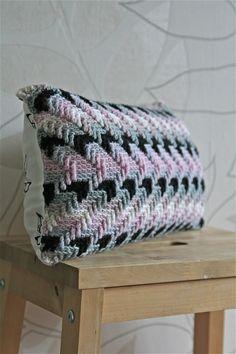 Gehaakte rechthoekig kussen voor op de bank met mooie textuur in het patroon. Het gratis haakpatroon is van Cuddlycool en vind je op Freubelweb