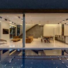 Casa com piscina adjacente à sala de estar