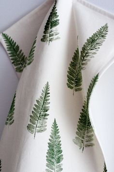 17 Ways To Introduce Botanical Designs Into Your Home Decor // A botanical tea towel or two is the perfect way to add some greenery to your kitchen, here's a DIY for a fern tea towel. Botanical Bathroom, Botanical Kitchen, Botanical Decor, Fabric Stamping, Décor Boho, Fabric Painting, Printing On Fabric, Diy Crafts, Decoration