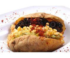#Istanbul must-eat street #food: #Kumpir is een populaire Turkse snack. Het bestaat uit een grote aardappel die in aluminiumfolie in een oven wordt gepoft. Daarna wordt deze in het midden uitgehold en geprakt met roomboter en speciale kaas. Daarna wordt de aardappel naar wens gevuld met bijv. stukjes worst, peen, maïs, olijven, doperwten, champignons, augurken, mayonaise, ketchup, rode kool of een hete pepersaus. #Turkije