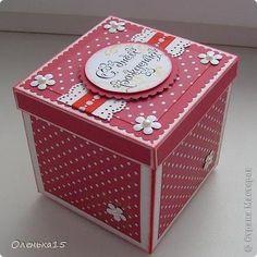 """Две коробочки с тортиками на День рождения, упаковки для подарочных карт, размер 9см*9см. Первая - для молодой женщины, подарочная карта была золотистая с красным, отсюда - цветовое решение. Материалы - акварельная бумага, бумага для пастели, бумага для скрапа в горошек, лента репсовая в горошек, полужемчуг, штампы (пигментные чернила """"золото""""), тонирование края и сгибов - красные чернила."""