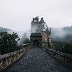 Castle/Burg Eltz in Münstermaifeld, Germany by Robby Haugh Outlander, Ragnor Fell, Cruel Beauty, Seen, Breath Of The Wild, Story Inspiration, Dragon Age, Dracula, Merida