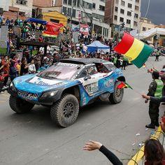 Peugeot 3008 DKR: SUVs largam de La Paz Um dos concorrentes da categoria carros o modelo conduzido pela dupla Dumas Romain (FRA) e Guehennec Alain passa pelas ruas de La Paz para delírio dos fãs bolivianos. Esses aí estão em 10º na classificação geral mas a Peugeot está indo bem: os trrês primeiros lugares são com o 3008 DKR. Nesta segunda acontece a sétima etapa entre La Paz e Uymi num trecho de 622 km! Foto: Francois Flamand / DPPI / ASO #carroEsporteClube #Peugeot #3008 #RallyDakar
