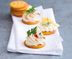 Jednohubky se sýrovými variacemi | Recepty Albert Party Snacks, Finger Foods, Panna Cotta, Cheesecake, Cooking, Breakfast, Ethnic Recipes, Vodka, Kitchen