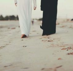 We Wish to Convey the Beauty of Marriage in Islam by Posting Helpful Tips and Advice. We Hope that Allah Will Put Barakah in this Project. Muslim Couple Quotes, Cute Muslim Couples, Couples In Love, Hijabi Girl, Girl Hijab, Hijab Bride, Wedding Hijab, Wedding Dresses, Photo Islam