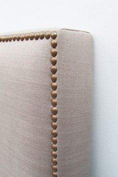 Date: Note: A furnishing side. A perfect inspiration with tack trimming for any furnishing. Spare Room, My Room, Bedroom Furniture, Bedroom Decor, Upstairs Bathrooms, Diy Headboards, New Beds, Diy Bed, Luxurious Bedrooms