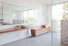 baño moderno al estilo minimalista con armario de madera