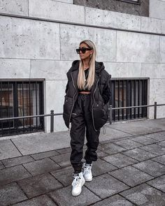 All you need to know about the oversized outfit trend. Reading this article you'll understand how oversized outfits have become so popular. From oversized denim jacket to oversized sweater kleidung Oversized outfit Sporty Chic Outfits, Style Outfits, Hipster Outfits, Trendy Outfits, Cute Outfits, Grunge Outfits, Winter Fashion Outfits, Look Fashion, Girl Fashion