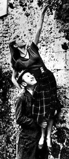 Sur le tournage du film Le Trou Normand Photo Publicitaire   Brigitte Bardot et Bourvil