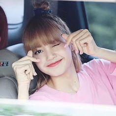Strict attention to detail is what sets apart K-pop influencers and celebrities like BlackPink. Lisa Manoban also expressed her love for a glowing complexion, contour, and smokey eye. Kim Jennie, Lisa Black Pink, Black Pink Kpop, Divas, K Pop, Rapper, Lisa Blackpink Wallpaper, Blackpink Photos, Pictures