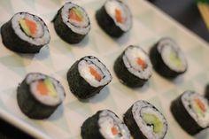 Je vous livre la recette détaillée et vous donne de précieux conseils afin de vous aider à préparer de délicieux maki ! Il ne reste plus qu'à vous y mettre. Lien ici : http://www.delices-de-mouflette.com/recette-maki/