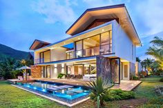 La Balise house set of site 450 square feet on the beautiful island of Mauritius, designed by renowned African firm Bloc Architects. Beautiful Villas, Beautiful Homes, Mauritius Island, Internal Courtyard, Mexico Resorts, Box Houses, Maurice, Pent House, House Painting