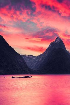 Mooie hoge berg, Met roze lucht en water