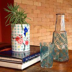 De estampa floral delicada, o Vaso Um, assinado pela Rachel Hoshino, é uma peça versátil para ser usada sozinha ou como vaso, porta objetos ou o que sua criatividade permitir.  Material: porcelana  Dimensões: 10 (diâm) x 13 (alt) cm  Produto nacional