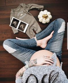 Pregnancy, Parenting and Baby Information - Babybauch Fotos - Baby Ideas Cute Pregnancy Pictures, Baby Pictures, Baby Bump Photos, Pregnancy Photo Shoot, Maternity Photo Shoot, Pregnancy Shoots, Clothes Pictures, Cute Pregnancy Clothes, Baby Reveal Photos