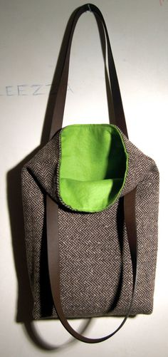 Woolen bag with leather handles and a bright felt-lined
