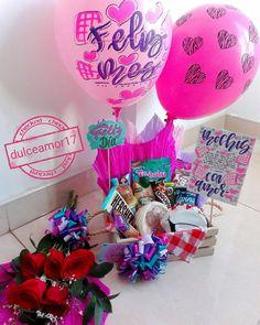 Detalles personalizados 💜 @dulceamor17 Instagram Hermosos y deliciosos desayunos, meriendas y anchetas sorpresa personalizadas! Personalizamos tus ta... #yooying Breakfast Basket, Breakfast Tray, Food Bouquet, Weird Gifts, Balloon Gift, Special Gifts, Balloons, Cool Stuff, Cake