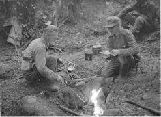 Kahvinkeittoa etulinjassa. Tuli on syvässä kuopassa ettei herättäisi vihollisen huomiota Änkilänsalo 1941.07.30