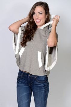 Lo mejor de los ponchos y las sudaderas en una sola prenda. Outfit Elegantes, Urban Fashion, Womens Fashion, Kimono Cardigan, Refashion, Skirt Fashion, Dress To Impress, Cute Outfits, Couture