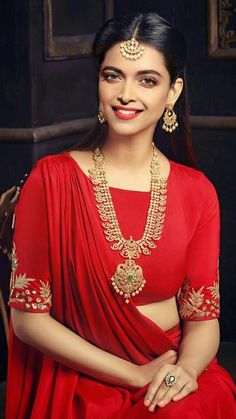Temple jewellery is among one of India's crafted treasures, with every piece . Indian Dresses, Indian Outfits, Indian Designer Outfits, Saree Blouse Designs, Dress Designs, Saree Styles, India Fashion, Bridal Lehenga, Lovely Dresses