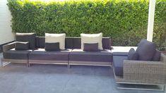 Loungeset Nova rondwicker grijs, lange lounge hoekbank geheel naar eigen wens samen te stellen, hier met zandkleur outdoor kussens, rvs onderstel en maar liefst 20cm !! dikke zit kussen. Design you'r own style met loungeset Nova van Arbrini.