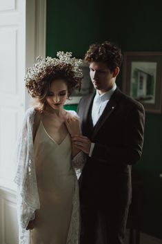 Auburn forests, cappuccino roses, dramatic headpiece and raw emotions. This enchanting Irish autumnal wedding inspiration from Petal&Twine and photographer Pawel Bebenca is sure to melt your heart. Ireland Wedding, Irish Wedding, Autumn Wedding, Bridal Cape, Bridal Crown, Wedding Designs, Wedding Styles, October Wedding, Groom Style
