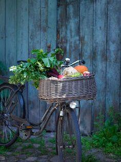 Bicicleta vintage con cesta de verduras y hortalizas.