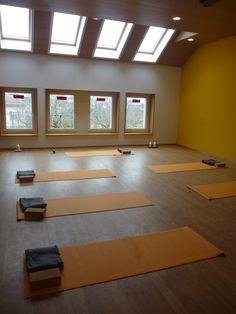 tapis de yoga, blocs, couvertures, bougie, salle de yoga rue des Brévards, à Neuchâtel, Suisse  #banyann #yoga #meditation #bienetre Ping Pong Table, Rue, Furniture, Home Decor, Whitewash, Candle, Room, Decoration Home, Room Decor