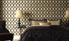 Papier peint pour chambre adulte en marron et beige avec un grand lit