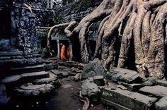 Angkor, CambojaAntiga capital do Império Khmer, Angkor reúne um sem-fim de ruínas e templos impressionantes. Muitos deles já foram tomados pela floresta, como Ta Prohm. A cidade nasceu e se desenvolveu entre os séculos 9.º e 15.º, quando chegou a ser considerada a maior metrópole do mundo em seu tempo. Hoje, o principal atrativo turístico do Camboja é visitado por milhares de pessoas a cada temporada.