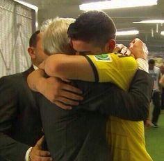 Abrazo entre Pekerman y James Rodriguez