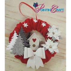 KIT - GHIRLANDA ROSSA NATALEil kit e tutti i materiali per realizzare il progetto, la stampa dei tessuti puo' variare Christmas Sewing, Noel Christmas, Diy Christmas Ornaments, Christmas Decorations To Make, Winter Christmas, Handmade Christmas, Holiday Wreaths, Holiday Crafts, Holiday Decor