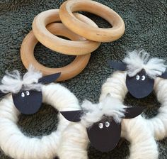 Spun by Me: A Flock of Sheep you can make yourself! Holz Handwerk , Spun by Me: A Flock of Sheep you can make yourself! Spun by Me: A Flock of Sheep you can make yourself! Easter Crafts, Holiday Crafts, Christmas Crafts, Christmas Decorations, Christmas Ornaments, Christmas Wreaths, Jesse Tree Ornaments, Sheep Crafts, Yarn Crafts