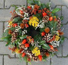 Věneček v barvách podzimu Christmas Pine Cones, Christmas Wreaths, Fall Decor, Holiday Decor, Floral Wreath, Seasons, Crafts, Image, Tiny Houses