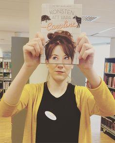 På lördag är det världsbokdagen och under veckan kommer vi uppmärksamma böcker från olika världsdelar! Utöver att skylta så kör vi även en #bookface med en bok från varje världsdel och vi börjar veckan med Europa och Konsten att vara Caroline av Peter Barlach som är en lättläst och spännande bok för unga vuxna! #hagforsbibliotek #införvärldsbokdagen #världsbokdagen