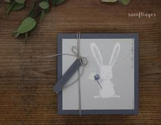 #geschenkbox #hase #baby #geburt #geschenkverpackung #snoeflingor #biancamoschner #alles gute Clock, Home Decor, Paper Mill, Baby Delivery, Gift Wrapping, Invitation Cards, Invitations, Handarbeit, Craft