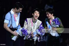GPF 2015. Yuzu extended his arm, so Shoma thought Yuzu was asking him to do arm in arm posture, then Yuzu burst out into laugh. These two can't help laughing at this small incident during the whole podium photo-taking. And Yuzu kept teasing teasing Shoma about that when they stepped down the podium. Very very bad boy xD