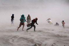 Des Pakistanais sur le bords de la rivière Ravi pendant une tempête à Lahore, le 15 septembre.