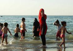 Mujer con 'burkini' en una playa de Argelia.