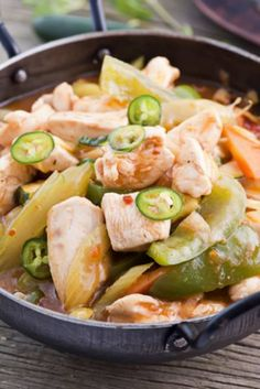 Chicken and vegetables are stir-fried with soy sauce and Teriyaki sauce, for an unmistakable Asian flavor in this Japanese chicken crackslaw recipe.