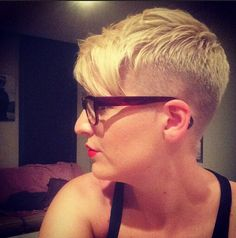 Sehr kurze Frisur mit blonden Haaren - Sommer-Haarschnitt Ideen